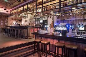 DE SUIKERKIST | Dit urban grand cafe staat bekend om zijn warme en stoere interieur, bijzondere muurschilderingen en bovenal de gezellige sfeer. De lunchkaart is zeer divers en de diner kaart bestaat uit 'urban street foods'. Daarnaast kun je hier natuurlijk ook terecht voor een heerlijk drankje, van Gin & Tonic tot aan verse smoothies, en van speciaalbier tot aan een goed glas wijn. 'Sit down, relax and enjoy!' | Havermarkt 2 | www.suikerkist.nl