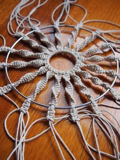 how to make a circular macrame wall hanging -cómo hacer un colgante de pared circular de macramé