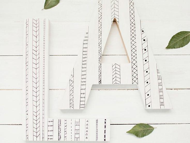 DIY-Anleitung: Holzbuchstaben mit Acrylfarbe und Permanent-Marker verzieren via DaWanda.com