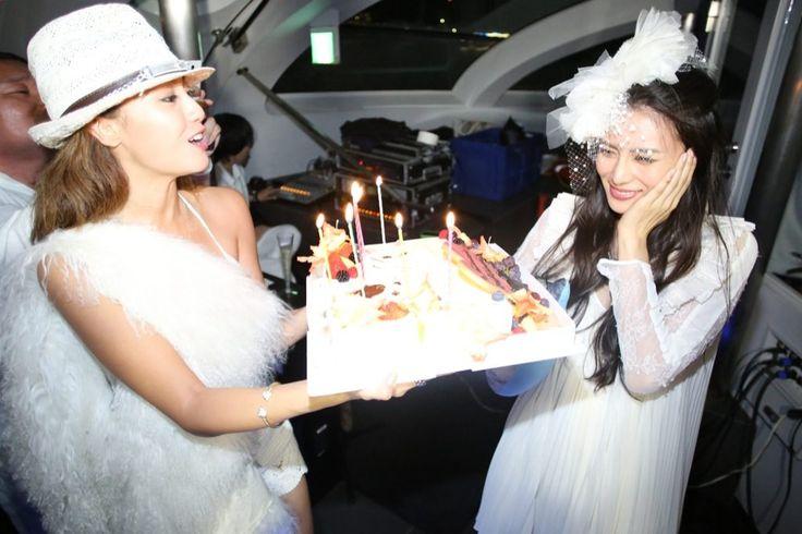 柴咲コウ、沢尻エリカらも全身真っ白に 世界最大のシークレット・ディナー・パーティが日本初上陸   WWD JAPAN.com