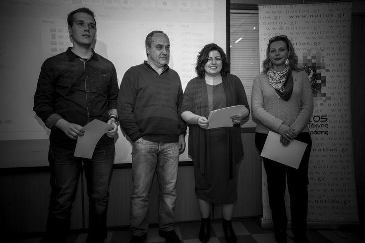 Ο συγραφέας και δάσκαλος του Νοτίου, δημιουργικής γραφής βραβεύει τους φωτόμαθητές του Νοτίου, Μαρτίνα Αντωνίου και Γιάννη Καρπούζα, που ισοψήφισαν στην 4η θέση, από εσωτερικό διαγωνισμό φωτογραφίας.