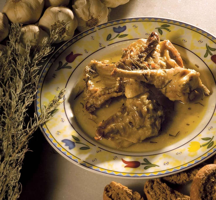 Κουνέλι στο τηγάνι (σιγοψημένο) με δεντρολίβανο (αρισμαρί), σβησμένο συνήθως με ξύδι (ή με κρασί) | Braised rabbit in the pan with rosemary and sauce of vinegar (either wine sauce)