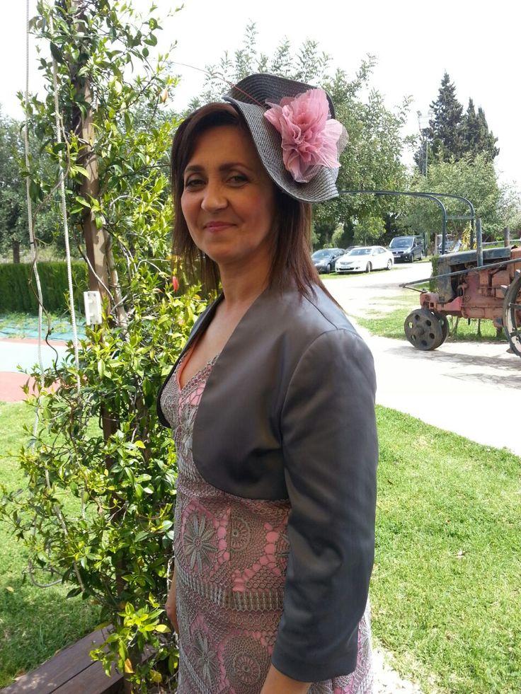 Palmira ideal con este tocado de fiesta en gris y rosa.