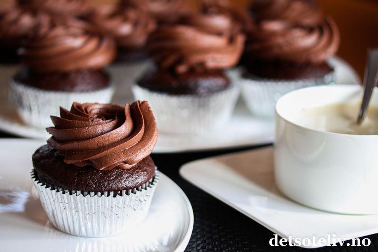 Hei kjære lesere! Denne helgen er det Halloween,og her skalgi degoppskriften på noenskikkelig mørke, deilige amerikanskesjokoladecupcakes! Konsistensen på muffinsene er utrolig mykog den luftige sjokoladekremen lages med fløtekrem og mascarpone. Det gjør at sjokoladekremen blir mye luftigere enn en tradisjonellsjokoladesmørkrem. Dissesjokoladecupcakesene er helt fantastiske -du må rett og slett bare teste ut oppskriften og smake selv! Utover den mørke fargen er det ingenting som…