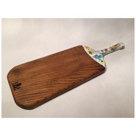 Deska ręcznie malowana. Idealna do serwowania potraw. Jedyna w swoim rodzaju. Będzie stanowić element wystroju każdego stołu czy kuchni.  Wykonana z jednego kawałka drewna.  Materiał: Drewno dębowe ręcznie malowane.  Wymiary: 16cm x 48cm x 2cm z rączka (szer x dł x gr)  Wszystkie deski wykonane są ręcznie i impregnowane naturalnymi olejami.
