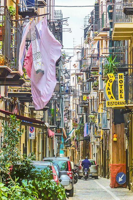Cefalù - die Wäsche flattert in den mittelalterlichen Gassen - das ist Sizilien! Tipps für die Entdeckung Cefalùs gibt es hier: http://www.trip-tipp.com/sizilien/ausfluege-stadt/cefalu.htm #sicily #sicilia