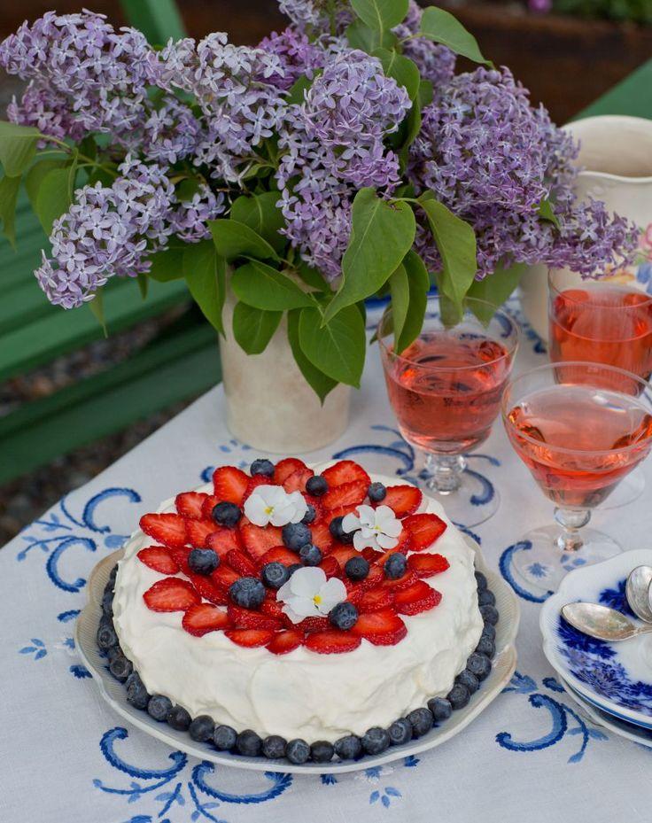 Tårta med jordgubbskompott och vit choklad