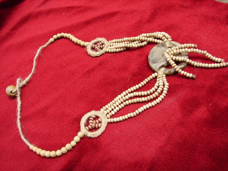 collier fait main avec bouton ancien perles en bois et fil de chanvre signe de paix : Collier par nalisade