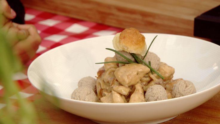 Bereiding:  1.Snijd de kipfilet en de champignons in schijfjes en de ui in ringen. 2.Kruid de kip met zout en peper en bak ze 2 minuten in de wok met wat S