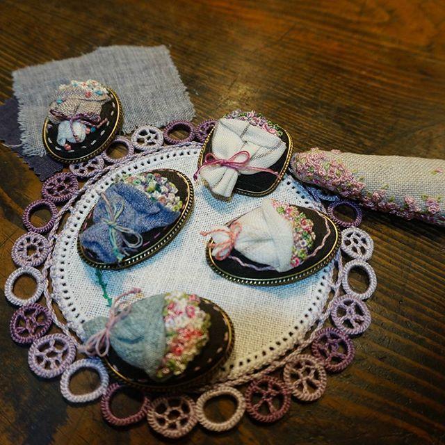 #서양자수 #프랑스자수 #브로치 #자수수업 #연두공방 #비천을담다 #embroider #handembroidery #handstitched #needlart #needlework #handcraft #bordado #handmade #embroidery #일일특강  #함께 #자수  하는 시간^^ 곧 #비천 에서 연두공방 자수회원 빨래줄 전시회가 열려요^^ 10월 28일부터 열흘간 . 입징료 있어요.오천원^^ 그럼 아메리카노 와 라떼로  교환해드려요!!