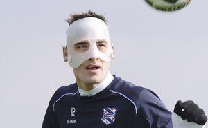 Bas Dost met masker naar Almelo
