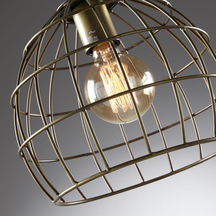 L'essenzialità caratterizza questo lampadario, molto semplice e particolare. Un gusto minimal che piace a chi punta più sul contenuto che sulla forma. Diffonde luce e risplende come una stella nell'universo.