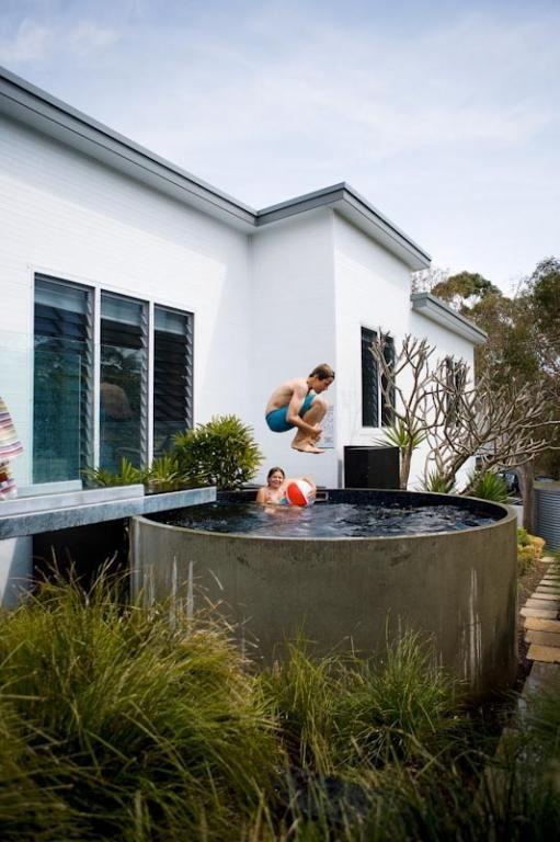 Une piscine ne doit pas être grand pour être rafraîchissante. Les piscines dites plongée offrent beaucoup d'espace pour se déplacer sous la même coupe. Ces modèles sont au-dessus de l'Australie, il nous semble fortement qu'aucune société néerlandaise peut faire une piscine ronde de béton.