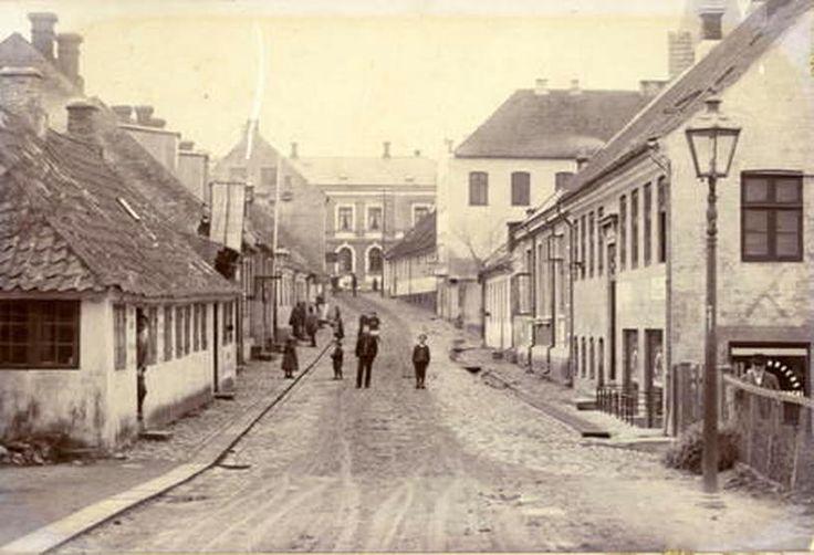 Gade i Hobro, fotograferet af Mahrt, o. 1890