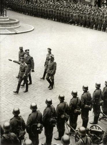 Seyss-Inquart (1892-1946) inspecteert de Duitse (bezettings) troepen op het Binnenhof in Den Haag. Den Haag, 1940.
