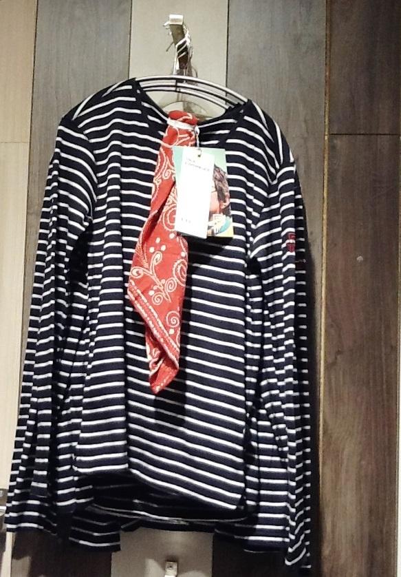 Mustavalkoinen Scarf and Stripe -paita miehille punaisella huivilla.