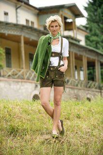 Schicke kurze Lederhose mit vielen liebevollen Details. Perfekt kombiniert mit grünem Strickjäckchen, Tuch und Lederballerinas Friedrichshafen.