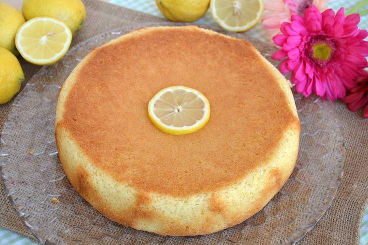 Soffice e dall'intenso profumo di agrumi, il pan di limone è una deliziosa torta da gustare fetta dopo fetta. Potete prepararla per colazione o per una dolce
