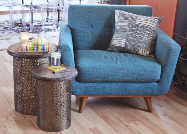 Esta mesa lateral redonda pode frequentar vários ambientes, mas sempre com ótimos resultados (Foto: abeautifulmess.com)