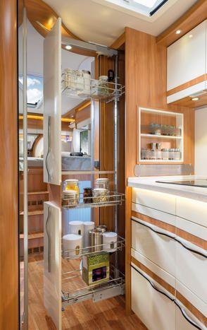 Armario despensa extraíble en la misma altura que el habitáculo para disponer de más espacio para guardar cosas y utensilios de cocina, aquí en la B 778 SL.