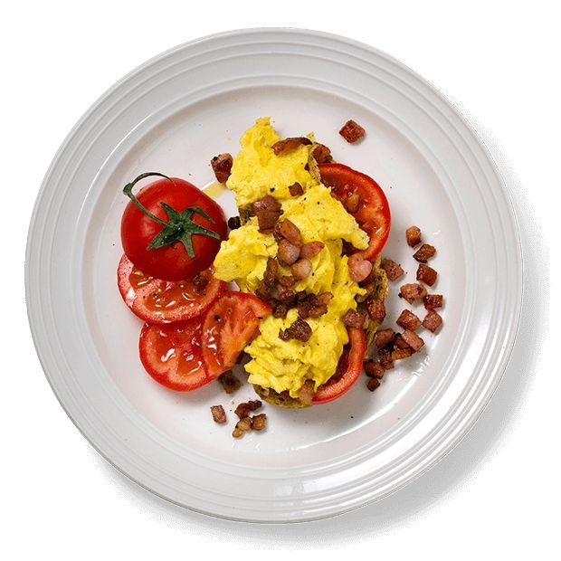 Sjekk hvordan eggerøren blir ekstra saftig og god. Oppskrift på eggerøre med sprøstekt bacon, tomat og godt brød.