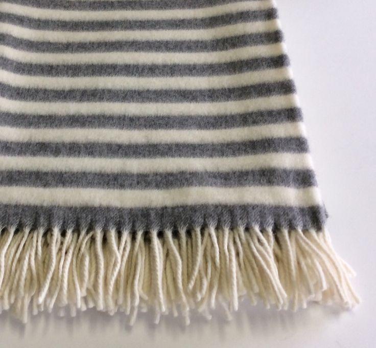 Plaid in lana con frange Cecchi&Cecchi. Bianco righe grigie.