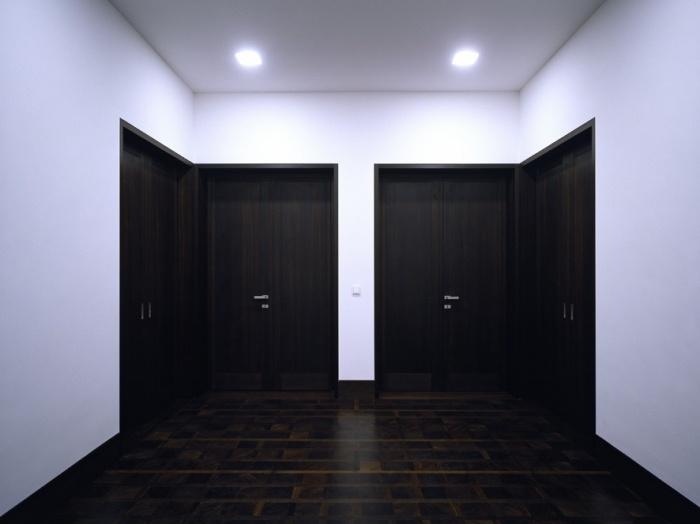 Severely symmetrical entrance hall. The Haus auf der Hostert by Uwe Schroeder.: 006 Interior, On The, Dentist Proyect, Doors Windows, Uwe Schroeder, De Hallen, 00 Interiors