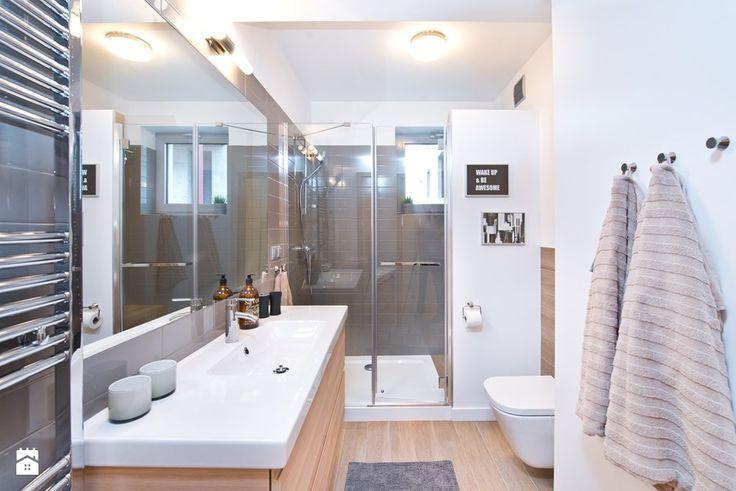 jasna ładna łazienka częsciowo pokryta farbą