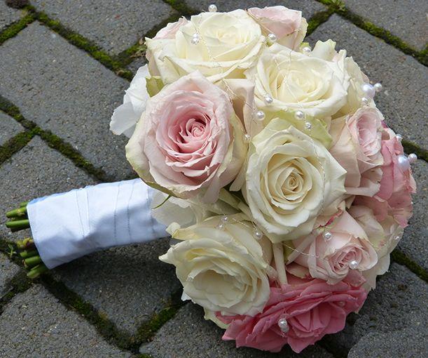 Brautstrauss In Pastell Tonen Rosa Creme Und Weiss Roses