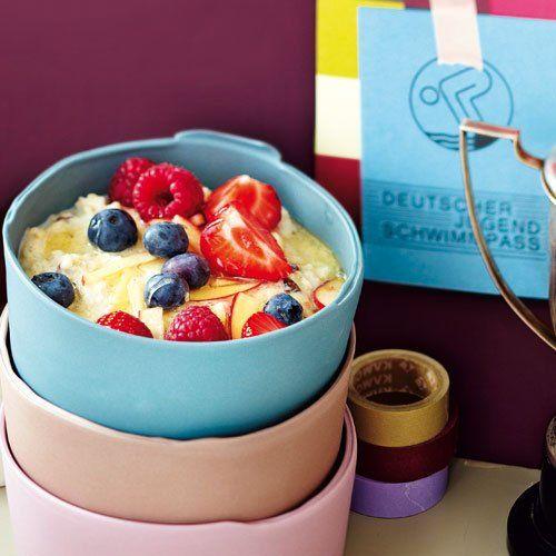 Hafer-Porridge mit Ahornsirup und Früchten