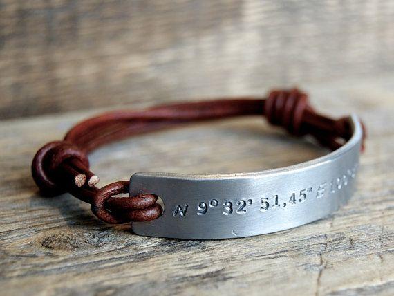 Mannen Armband - Custom tekst  - One size fits all - Handgestempeld - Echt leer - Met eigen (verborgen) tekst - Aluminium of zilver