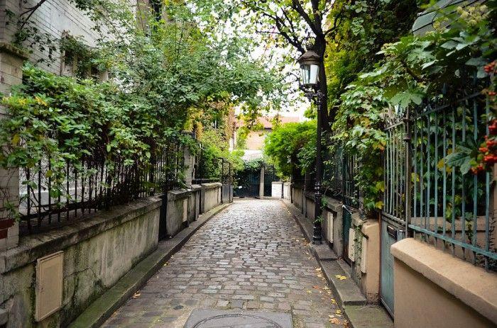 Balade champêtre : square des Peupliers (13ème)  Encore un petit îlot de maisons pittoresques perdues dans une végétation foisonnante. Derrière les portes presque étouffées par la nature, on imagine bien une vie calme, loin de la folie parisienne, enfoncé dans un fauteuil confortable, un bouquin corné à la main, le chant des oiseaux en guise de réveil.  72 rue Moulin-des-Prés, 75013 Paris Métro : Tolbiac impasses-cachees-paris-square