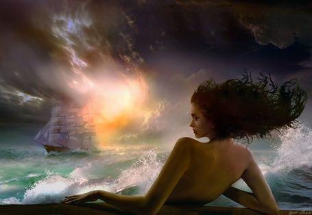 Девушка в море смотрит вдаль на корабль, фотохудожник Игорь Зенин