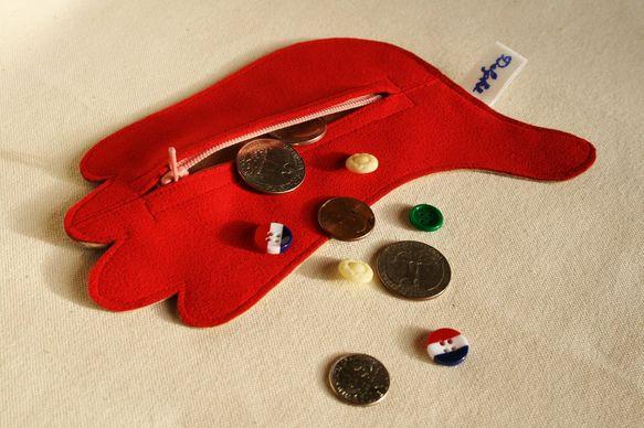 ポリエステルスエードで作った「手」をモチーフにした小物入れです。素材がスエードなので、触り心地も良いです。コインケースや、お薬ケースなどにもなります。サイズ:...|ハンドメイド、手作り、手仕事品の通販・販売・購入ならCreema。