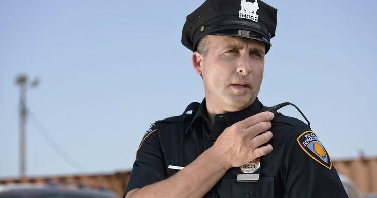 Peligros más comunes para un oficial de policía. Aunque no es el trabajo más peligroso del mundo, sólo otras pocas profesiones ponen sus trabajadores de manera directa en el camino del peligro para proteger a los demás. Mientras que cada día trae nuevos peligros, los agentes de policía se enfrentan a algunas amenazas comunes regularmente.