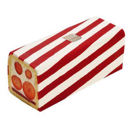 Découvrez en ce moment et jusqu'au 30 août, le Fraisier Biarritz, à la Pâtisserie FAUCHON, Place de la Madeleine à Paris.  Sur un biscuit léger repose une gelée de fraises et de framboises, surmontée d'une chantilly au chocolat blanc à la vanille Bourbon de Madagascar et des fraises Mara des Bois. un fourreau de pâte d'amande blanc et rouge drape le tout.