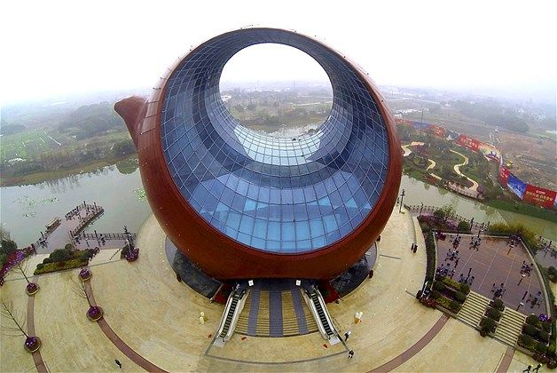 002 - Vista aérea de un edificio con forma de tetera de barro en Wuxi, provincia de Jiangsu, el 4 de marzo de 2014. Situado en una zona suburbana, será una sala de exposiciones culturales cuando esté terminado.