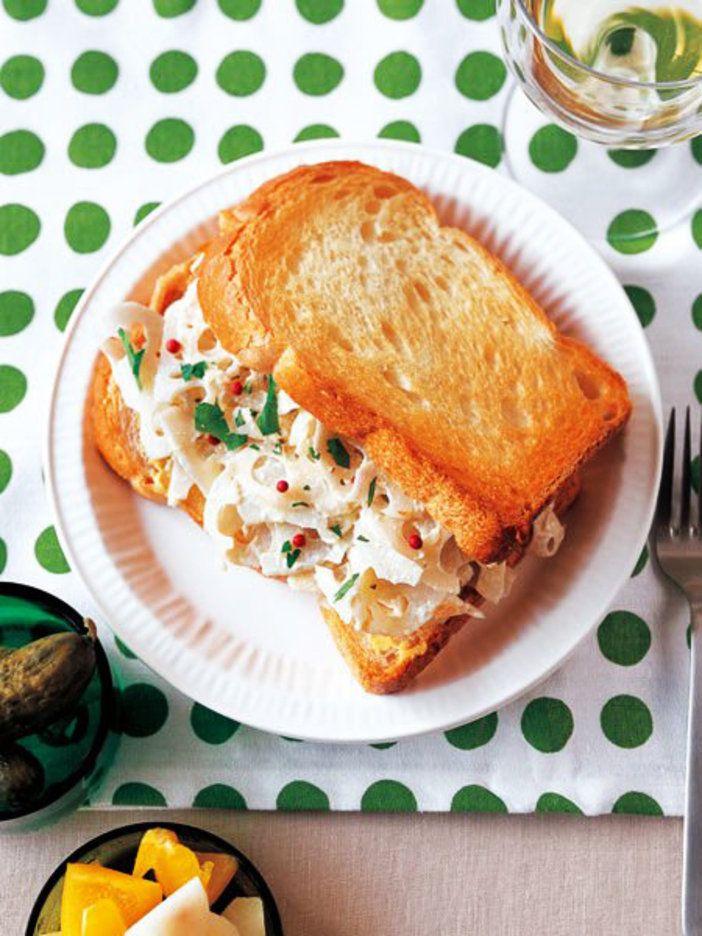 れんこんのしゃきしゃき感とトーストしたパンのパリパリ感が一度に楽しめる。|『ELLE a table』はおしゃれで簡単なレシピが満載!