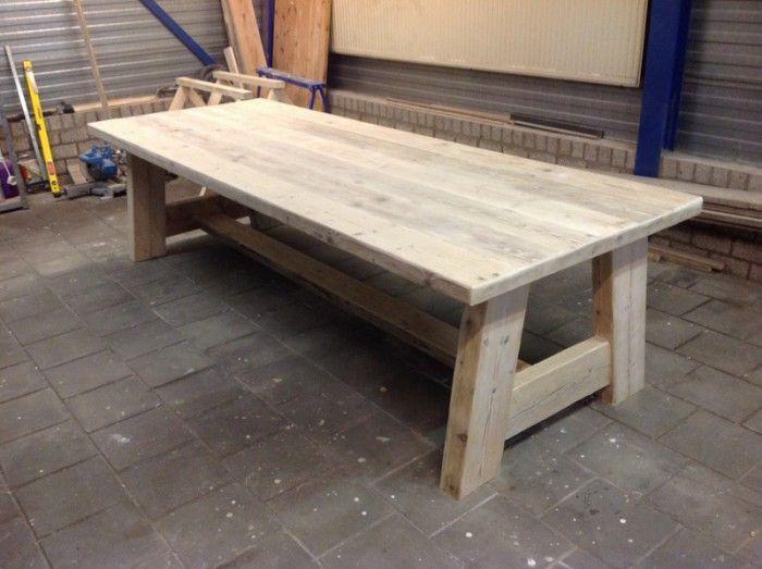 Brocante Wandplank Keuken : robuuste eettafel van steigerhout. Deze heeft een lengte van 3 meter.