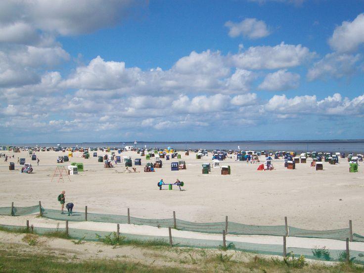 Wei er sand und strandk rbe erwarten einen am strand in for Ostsee urlaub billig