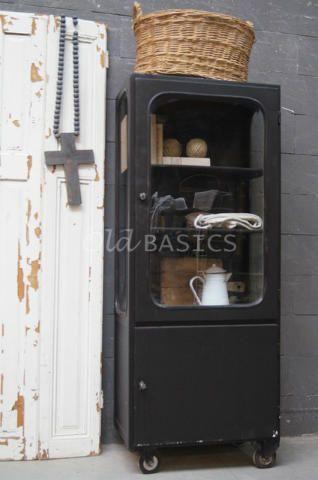 Apothekerskast 10130 - Stoere industriële ijzeren apothekerskast, zwart van kleur. De kast staat op vier wielen en is dus ideaal te verplaatsen! Achter de glazen deur twee metalen legplanken.