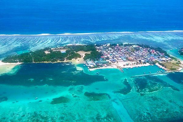 e vamos a contar un poco sobre Huraa. Esta tranquila isla local se encuentra a 20 kilómetros al norte de Male y es muy versátil.  Cuenta con varias playas, una bikini beach, un arrecife de coral que es perfecto para hacer snorkel e incluso puedes practicar surf en las inmediaciones. No te van a faltar cosas para hacer   ¿Te vienes? ¡Maldivas te espera!  #NomadsMaldives #Wanderlust #Huraa #Maldivas
