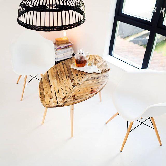 Guffent ute, varmt inne! Det ovale bordet #0001 opererer som perfekt oppbevaringsplass for varme kopper og store mugger..!
