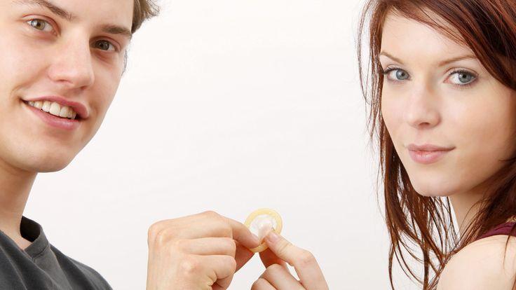 Syphilis äußert sich beispielsweise durch ein zunächst schmerzloses Geschwür an der Eintrittsöffnung des Erregers. Dieses kann aber auch zügig wieder verschwinden, so dass die Betroffenen zunächst denken, sie hätten die Krankheit überwunden. Schwere Organschäden können die Folge sein. Weitere Symptome sind geschwollene Lymphknoten und Hautausschlag. Auch Chlamydien und Tripper sind schnell erkennbar. Beide Geschlechtskrankheiten äußern sich durch eitrigen Ausfluss und Brennen beim…