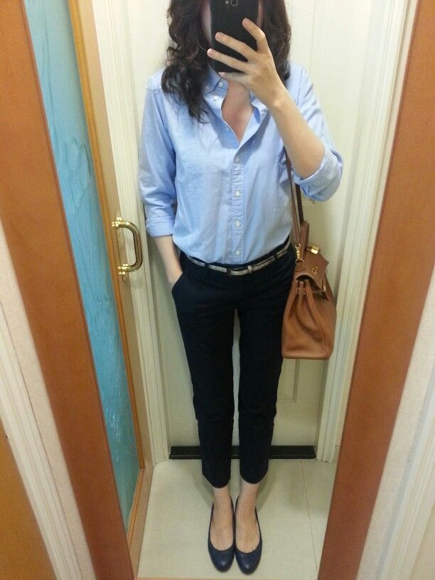 UNIQLO light blue oxford shirt and navy blue chinos, Zara belt, blue leather flats, Hermes Kelly 32 in the color gold. #BlueOxfordShirt #HermesKelly