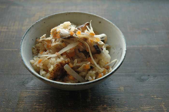 いちばん丁寧な和食レシピサイト、白ごはん.comの『簡単かやくご飯(五目ごはん)の作り方』を紹介するレシピページです。ごぼうやにんじんの根菜、干し椎茸などとだし汁を合わせれば、鶏肉などのうまみの強い素材を入れなくても十分に美味しい炊き込みご飯ができます!すべての炊き込みご飯の基本となるようなレシピですので、ぜひ覚えていろいろ応用してみてください。