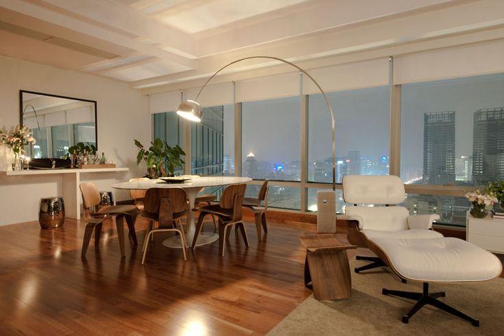 sala de jantar com luminária arco