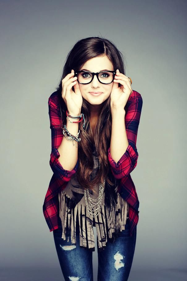 I've been on the hunt for a plaid shirt like this for quite a while. Plus, I love the glasses on her. Pretty geek.