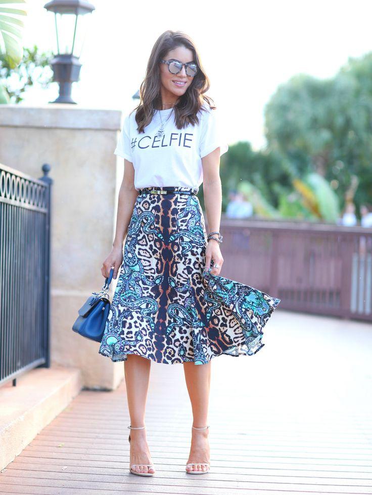 t-shirt com saia midi estampada em animal print de Camila Coelho