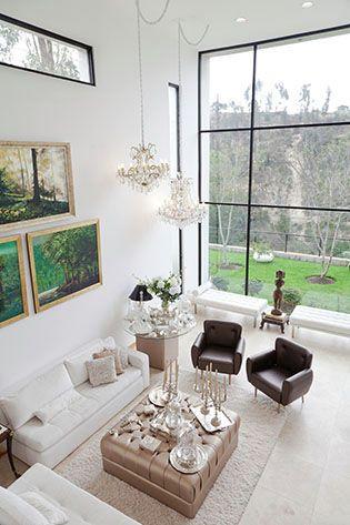 Enormes ventanales de doble altura bañan el área social con una impresionante sucesión de sol y sombra.  Casa Marìa Fernanda Mantilla  Fotos: Chris Falcony  CLAVE 45!